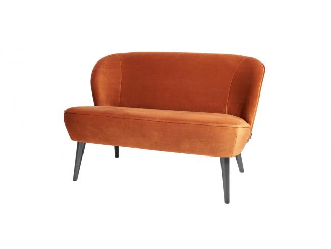 Petit canapé en velours ocre, piètement en bois Collection Sara Woood